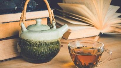 Teekanne mit Tasse zum Teeblätter-Lesen: Kann auch bei Kontaktekzemen Spaß machen.