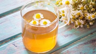 Tasse mit Kamillentee: Das Heilkraut kann zur Inhalation bei Schnupfen verwendet werden.