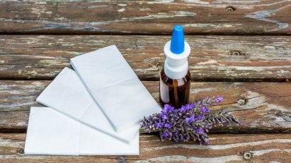 Nasenspray neben Taschentüchern: Bei Schnupfen stehen verschiedene Medikamente zur Verfügung.