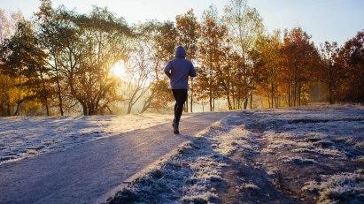Mann joggt im Winter: Sport kann einem Schnupfen vorbeugen.