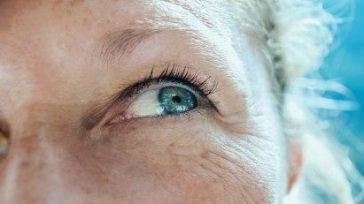 Eine Frau blickt zum Himmel: Bei der Altersweitsichtigkeit können ältere Menschen in die Ferne meist gut sehen, nahe Objekte erkennen sie dagegen eher schlecht.
