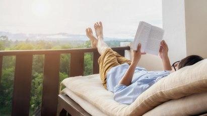 Student, der sich mit Entspannungstechniken vom Lernen erholt.