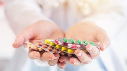 Verschiedene Schmerzmittel, wie Tabletten oder Pillen, werden abgebildet