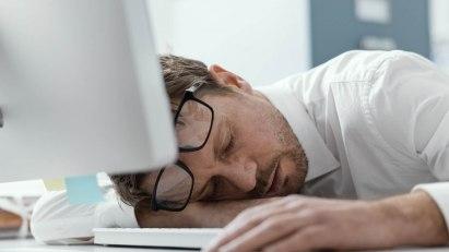 Ständige Müdigkeit kann verschiedene Ursachen haben.