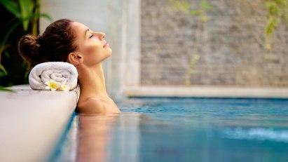 Eine Frau entspannt sich im Bad während eines Wellness-Wochenendes