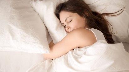 Eine Frau genießt einen gesunden Schlaf.