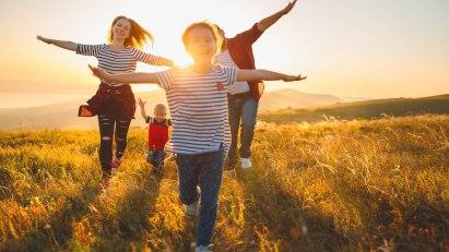 Gesundheit und Reisen – diese Familie genießt Ihren Urlaub in vollen Zügen.