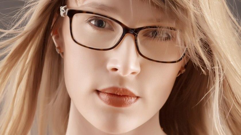Mädchen mit Brille, zart im Nude-Look geschminkt