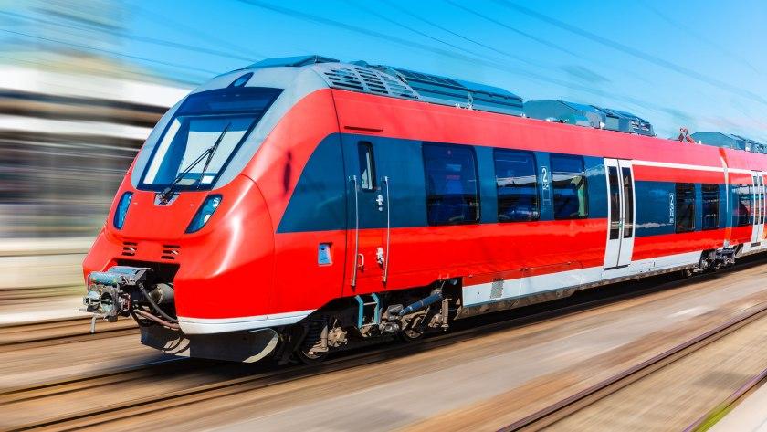 Eine Regionalbahn fährt auf der Schiene