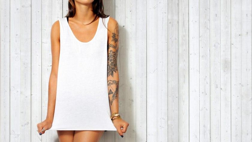 Junge Frau mit Tattoo: Tatowierfarben könnten krebserregende Stoffe enthalten