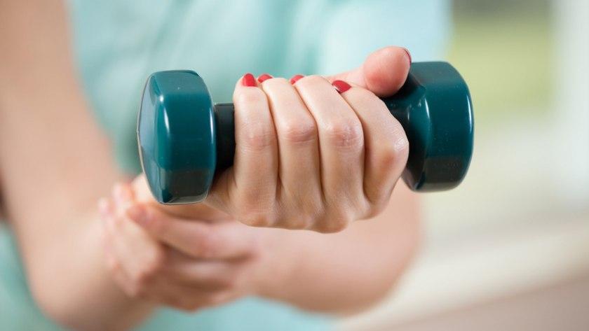 Frau mit Hantel: Krafttraining stärkt Muskeln und Knochen bei Osteoporose