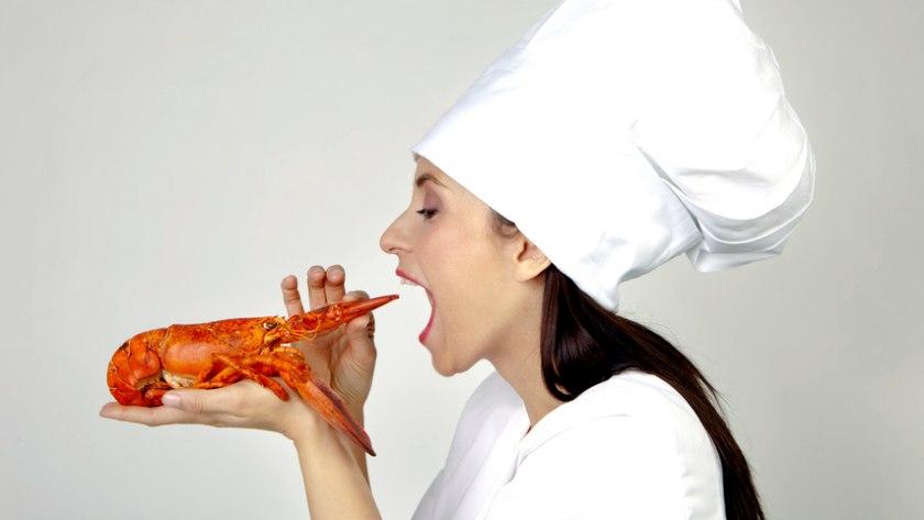 Köchin mit Hummer: Essen wie in der Steinzeit mit der Paleo-Diät