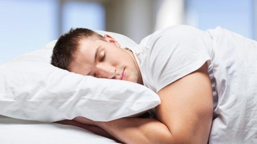SChlafender Mann im Bett: Nächtlicher Schlaf erhöht die Kreativität nicht