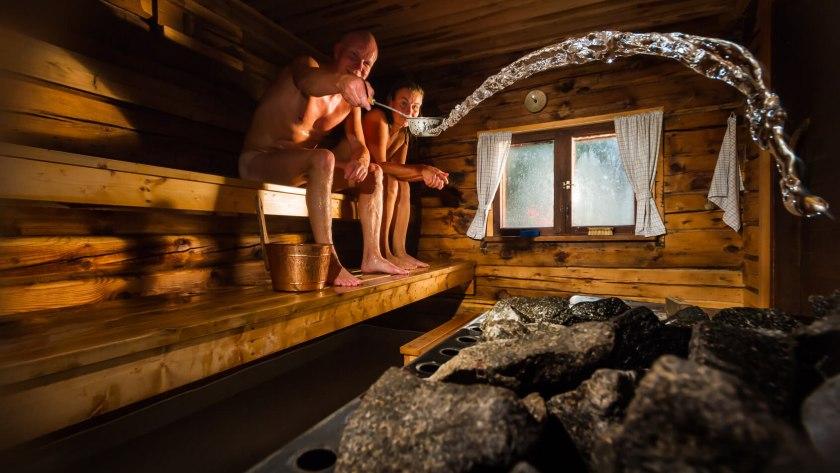 Zwei Männer sitzen in einer finnischen Trockensauna.